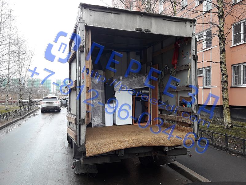 Квартирный переезд мебели погрузка в автомобиль для перевозки